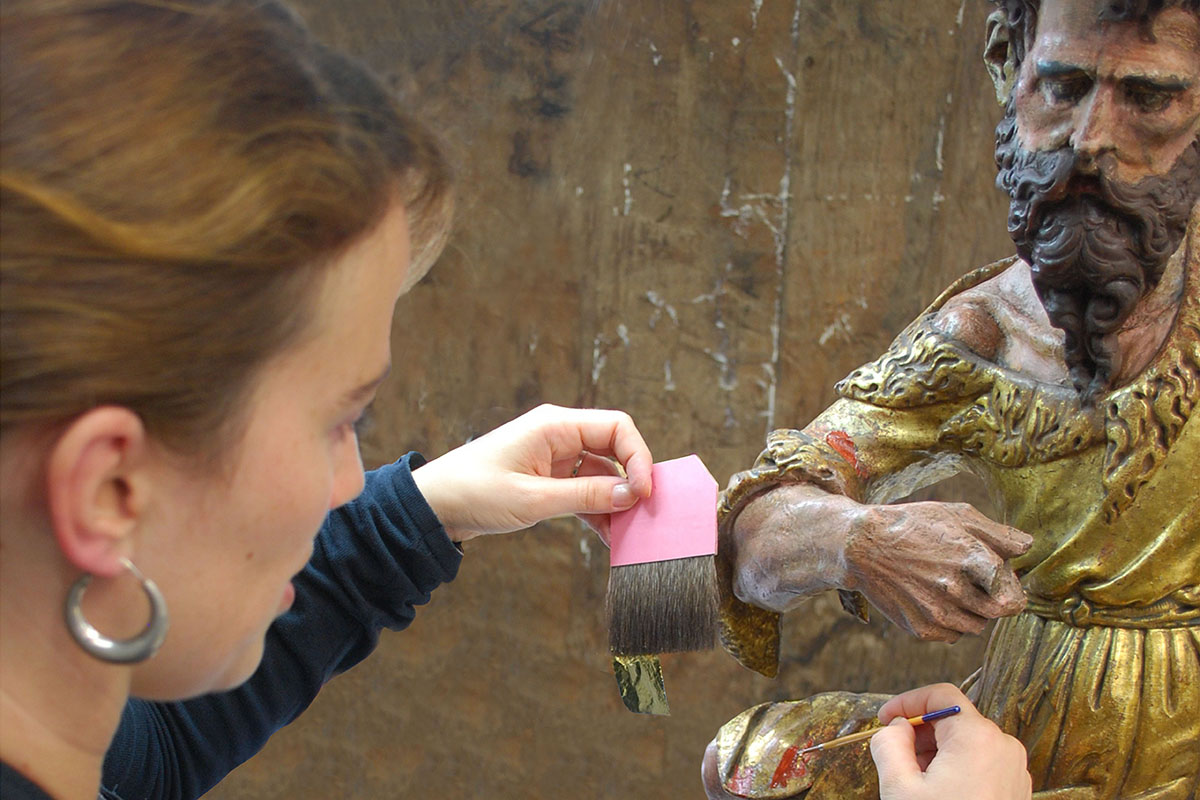 Conservator gilding sculptor